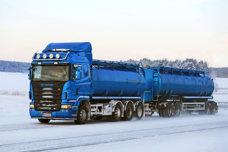 Salo, Finnland - 16. Januar, 2016: Blau Scania R500 Tankwagen auf der Straße in winterlicher Süden von Finnland. Nach Scania ist es möglich, die Emissionen in die Hälfte innerhalb von fünf Jahren zu schneiden.