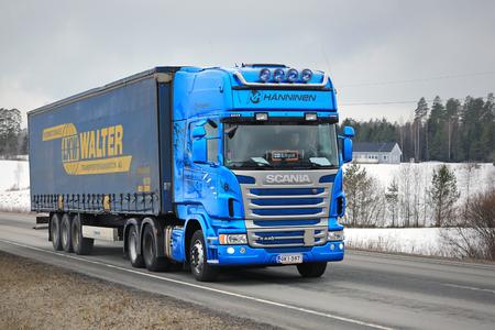Karjaa, FINLANDIA - MARZO 5, 2016: camión Scania R440 azul arrastra un remolque de carga de lona en el sur de Finlandia. En 2015, Scania es el finlandés, el líder del mercado de camiones pesados.