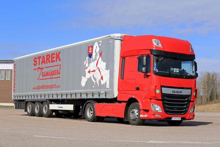 PAIMIO, FINLANDE - 16 avril 2016: Rouge, nouveau DAF XF Euro 6 camion et remorque rideaux coulissants de Starek Transport stationné à un arrêt de camion dans le sud de la Finlande.