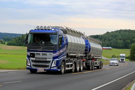 Salo, Finnland - 26. Juni 2016: Neue, bewegt sich blau Volvo FH Tankwagen bergauf entlang Panoramastraße zwischen Verkehr an einem bewölkten Sommernachmittag im Süden von Finnland. Editorial