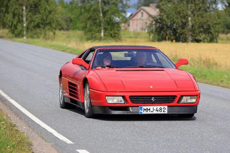 SOMERO, FINLANDIA - 6 DE AGOSTO, 2016: Rojo Ferrari 348 participa en la 90 kilometros Maisemaruise 2016 en coche por las carreteras escénicas de Tawastia adecuada, Finlandia. Evento público.