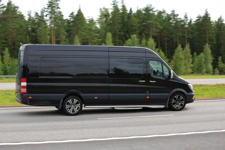 Paimio, Finlandia - 5 Agosto 2016: Nero Mercedes-Benz Sprinter furgone si muove lungo l'autostrada ad alta velocità nel sud della Finlandia. Panoramica effetto.