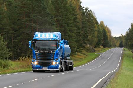 Salo, Finlandia - 17 de septiembre, 2016: Azul Scania R580 camión cisterna para su transporte por carretera transporte a granel a lo largo de la carretera rural. El conductor parpadea el haz de luces de alta brevemente. Editorial