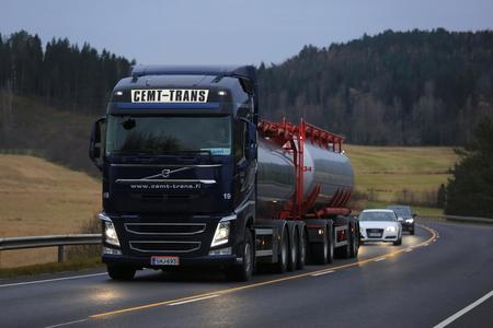 Salo, Finlandia - 22 ottobre 2016: blu scuro Volvo FH camion cisterna della CEMT-Trans si muove in salita lungo l'autostrada nel sud della Finlandia a tarda sera.