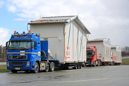 포르 사, 핀란드 - 4 월 (23), 2016 년 세 트럭, 첫째, 오버 사이즈가로드 조립식 주택 모듈의 운송 중 트럭 정류장에 주차 청색 볼보 FH 세미 트레일러의 호