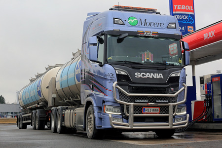 FORSSA, FINLAND - APRIL 2, 2017: Next generation Scania R520 tank truck of RMK Liikenne-Trans Oy for transporting AdBlue unloads the diesel exhaust fluid at a diesel filling station. 版權商用圖片 - 75292245
