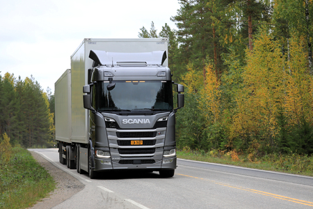 LAUKAA, FINLAND - SEPTEMBER 22, 2017: Silver Next Generation Scania R500 tractor trailer on a test drive along highway during Scania Laukaa Tupaswilla Off-Road event. Редакционное