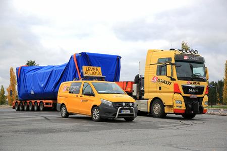 cargador frontal: FORSSA, FINLANDIA - 13 DE OCTUBRE DE 2017: El transporte ancho amarillo de la carga del camión semi MAN TGX 41.640 y el vehículo experimental de Mercedes-Benz de Silvasti pesado parquearon en la yarda del asfalto de una parada de camiones en el sur de Finlandia. Editorial