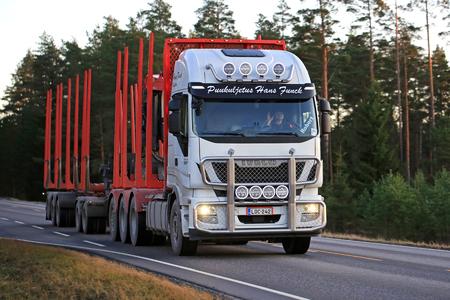 SALO, フィンランド - 11月 17, 2017: 夕方の光で農村道路にプクルジェトゥスハンスファンクの白いイヴェコストラリス560ロギングトラック.