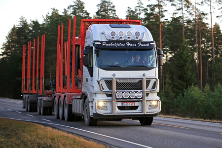 SALO, FINLAND - NOVEMBER 17, 2017: White Iveco Stralis 560 logging truck of Puukuljetus Hans Funck on rural road in evening light. Stock fotó - 93179877
