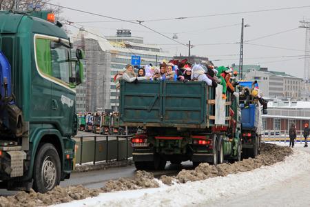 HELSINKI, FINNLAND - 15. FEBRUAR 2018: Finnische Schüler des 3. Jahrgangs der Sekundarstufe II feiern die traditionelle Penkkarit durch eine feierliche Parade auf geschmückten Lastwagen durch die ganze Stadt.
