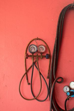 cilindro de gas: Cierre de medidores y válvulas en el cilindro de gas oxigeno en el garaje.