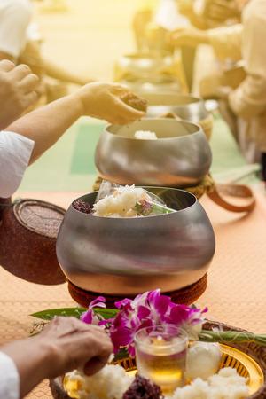 limosna: Ofrendas budistas en cuenco de las limosnas de los monjes. Foto de archivo