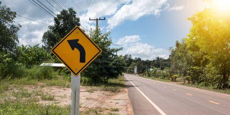 motorizado: Señales de tráfico para advertir a los conductores de la curva peligrosas del mañana.