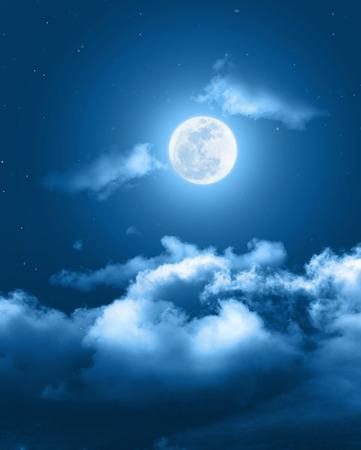 Fundo místico do céu noturno com Lua cheia, nuvens e estrelas. Noite do luar com espaço da cópia para o fundo do inverno.