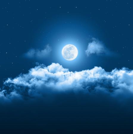 Fond de ciel de nuit mystique avec la pleine lune, les nuages et les étoiles. Moonlight night avec espace copie pour le fond de l'hiver.