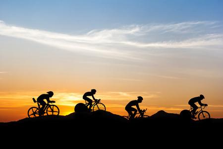 silueta ciclista: Ciclismo de montaña en el tiempo crepuscular Foto de archivo