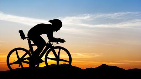 ciclismo: Ciclismo de montaña en el negro en el tiempo crepuscular en Tailandia Foto de archivo