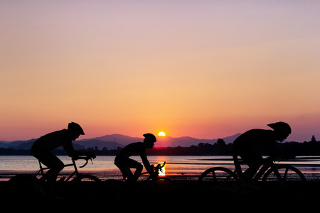 ciclismo: Ciclismo en negro de montaña y playa en el crepúsculo en Tailandia Triatlón