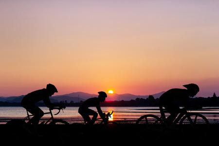 Fietsen op zwarte berg en het strand op de schemering in Thailand Triathlon