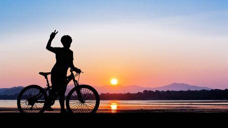 ciclismo: Las mujeres que completan un ciclo en la playa de la belleza limpia en el tiempo crepuscular en Tailandia