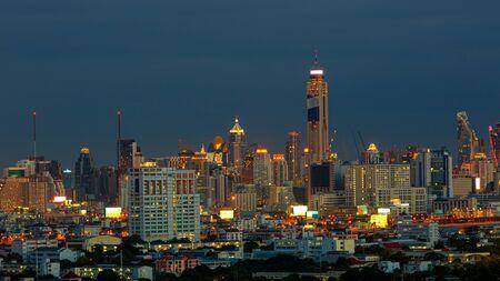 Nacht in der Stadt Bangkok in der Sommersaison