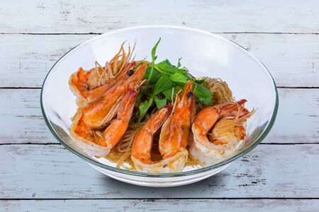 Vermicelli shrime Thai food on wooden table Imagens