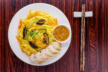 Fried vegetarian shou noodles Asia cuisine on wooden background 版權商用圖片