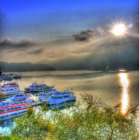 zon maan: Dawn bij Sun Moon Lake