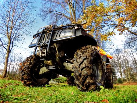 ATV grote parkeerplaats in het bos, grote wielen Stockfoto