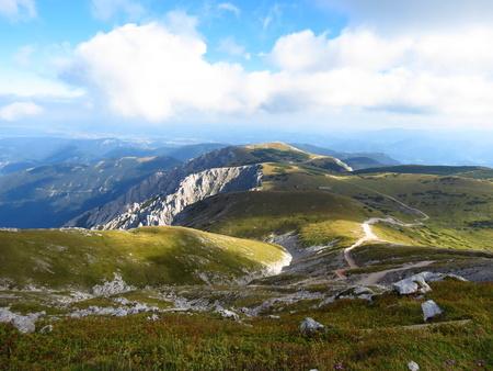 h�tte schnee: Landschaft mit Wanderweg zu Fischerh�tte am Schneeberg, dem h�chsten Berg in Nieder�sterreich �sterreich