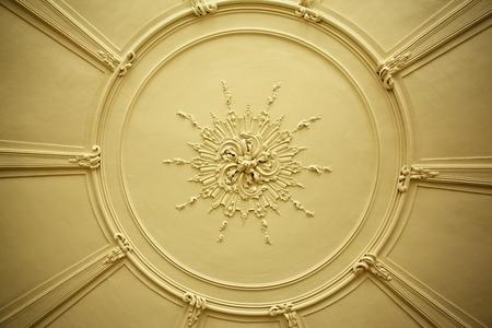 Oude antieke gipsplafond plaat of steeg in een oud Victoriaans huis Stockfoto