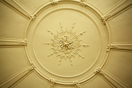 grabado antiguo: Placa antigua vieja techo de escayola o rosa en una antigua casa victoriana Foto de archivo