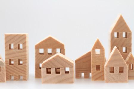 Miniaturní dům na bílém pozadí Reklamní fotografie