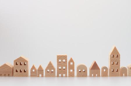 白い背景の上のミニチュアの家 写真素材