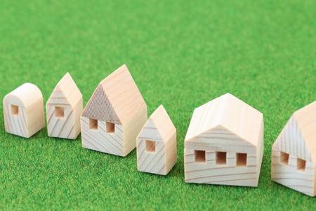 緑の背景のミニチュアの家