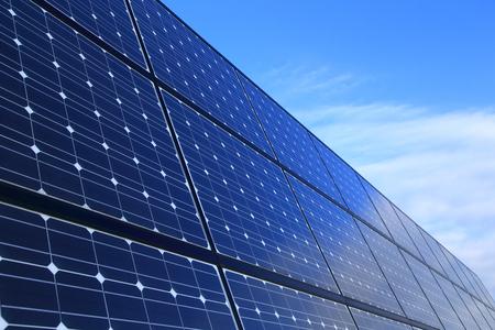 Les panneaux solaires contre le ciel bleu
