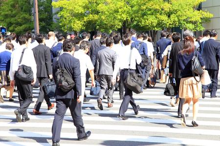 横断歩道の上を歩くビジネスマン 写真素材