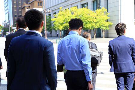 背面からのビジネスの男性 写真素材