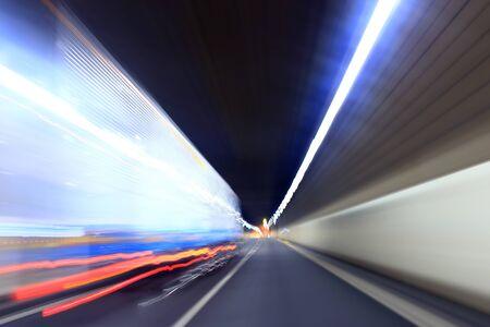 Schwerer LKW in einem Tunnel