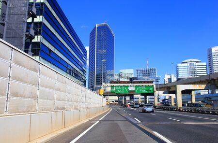Traffic on Tokyo Metropolitan Expressway 版權商用圖片 - 138010737