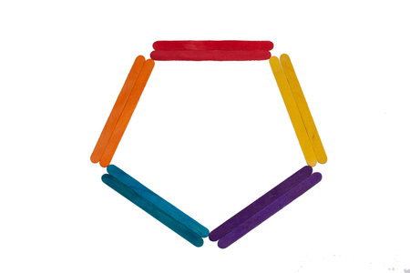 gelato stecco: bastone di legno del gelato colorato su sfondo bianco.