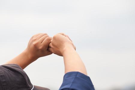 Un hombre hace el piloto de mano. signo de la mano . Foto de archivo - 94034545