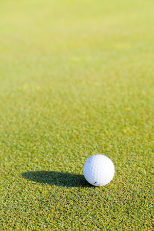 ゴルフ ボールと緑の芝生