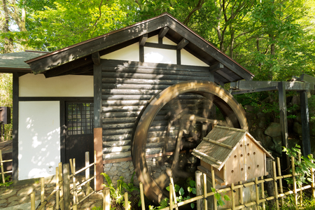 molino de agua: Verde fresco y molino de agua