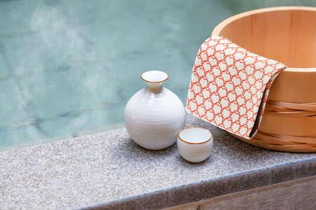Open-air bath and sake 免版税图像
