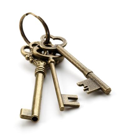 白い背景の上の 3 つの古いキー