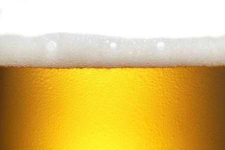 cerveza: la cerveza de fondo con espuma y burbujas Foto de archivo