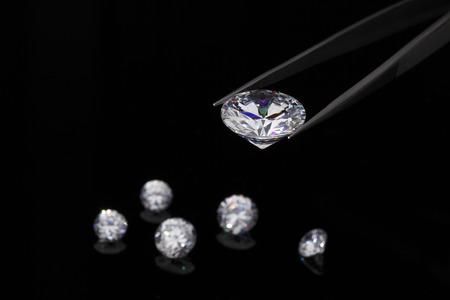 pinzas: Diamantes de joyería de la celebración de ronda brillante corte de diamantes celebrada en pinzas Foto de archivo
