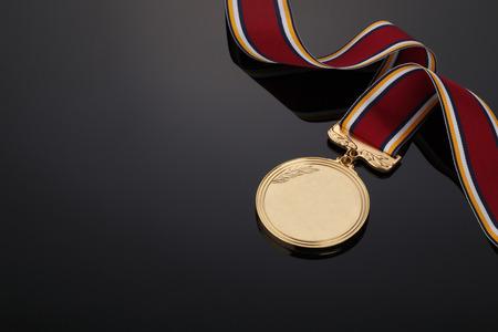 ruban noir: Médaille d'or sur fond noir Banque d'images